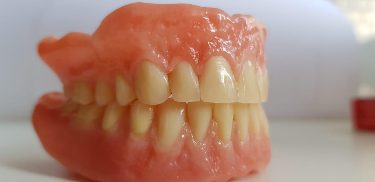 съмные протезы при полном отсутствии зубов, из импортной пластмассы с высококачественными композитными зубами